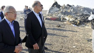 Egypt's Prime Minister Sherif Ismail (2nd L) and Tourism Minister Hisham Zaazou look at the remains of a Russian airliner which crashed in central Sinai near El Arish city, north Egypt, October 31, 2015. The Airbus A321, operated by Russian airline Kogalymavia under the brand name Metrojet, carrying 224 passengers crashed into a mountainous area of Egypt's Sinai peninsula on Saturday shortly after losing radar contact near cruising altitude, killing all aboard. REUTERS/Stringer      TPX IMAGES OF THE DAY