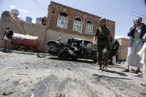 Houthi militants stand at the scene of a suicide bombing outside a mosque in Sanaa March 20, 2015.  REUTERS/Khaled Abdullah