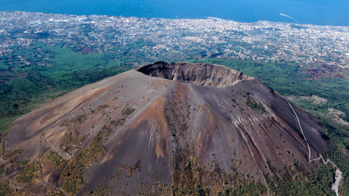 volcano and mount vesuvius Climb up mount vesuvius, famous as the volcano that erupted in roman times (ad 79) and buried pompeii and herculaneum.