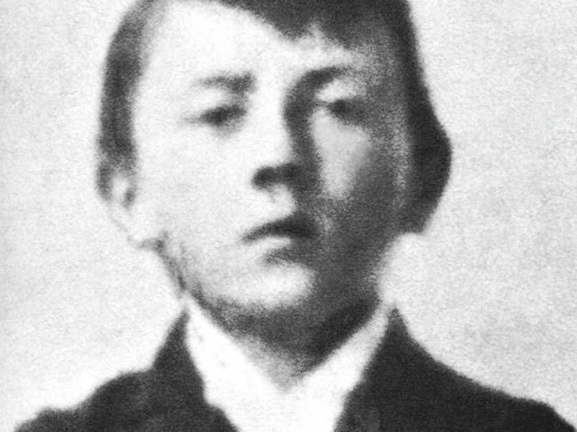 the early childhood of adolf hitler Childhood adolf hitler was born in braunau am inn  hitler moved to munich in 1913 and avoided austrian military service in early 1914 by virtue of being unfit.